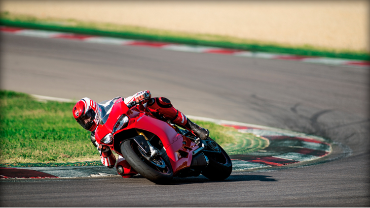 /photos-motos/Ducati/1299_panigale/SBK-1299-Panigale-S_2015_Amb-05_1920x1080.mediagallery_output_image_750x423