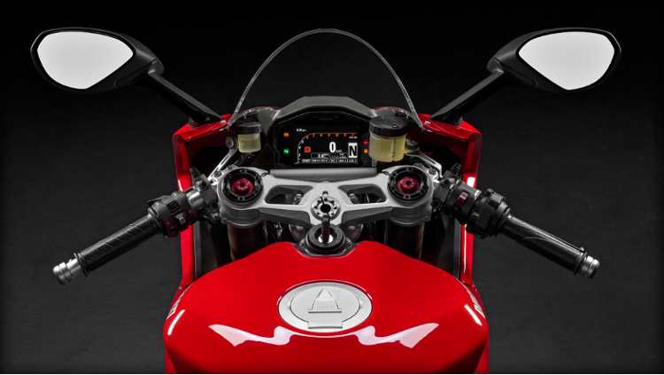 /photos-motos/Ducati/1299_panigale/SBK-1299-Panigale_2015_Studio_R_Dett01_1920x1080.mediagallery_output_image_750x423