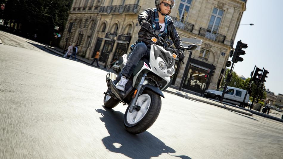 /photos-motos/Yamaha/SLIDER/2015-Yamaha-Slider-Naked-EU-Absolute-White-Action-001